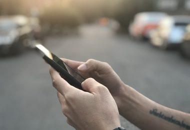 Celular y aplicaciones en la calle