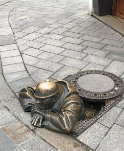 Cumil, estatua men at work. Trabajador alcantarilla.